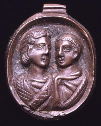 pendentif représentant un couple de mariés