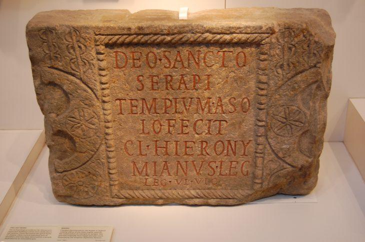 Deo sancto Serapi templum a so- lo fecit Cl(audius) Hierony- mianus leg(atus) leg(ionis) VI Vic(tricis)
