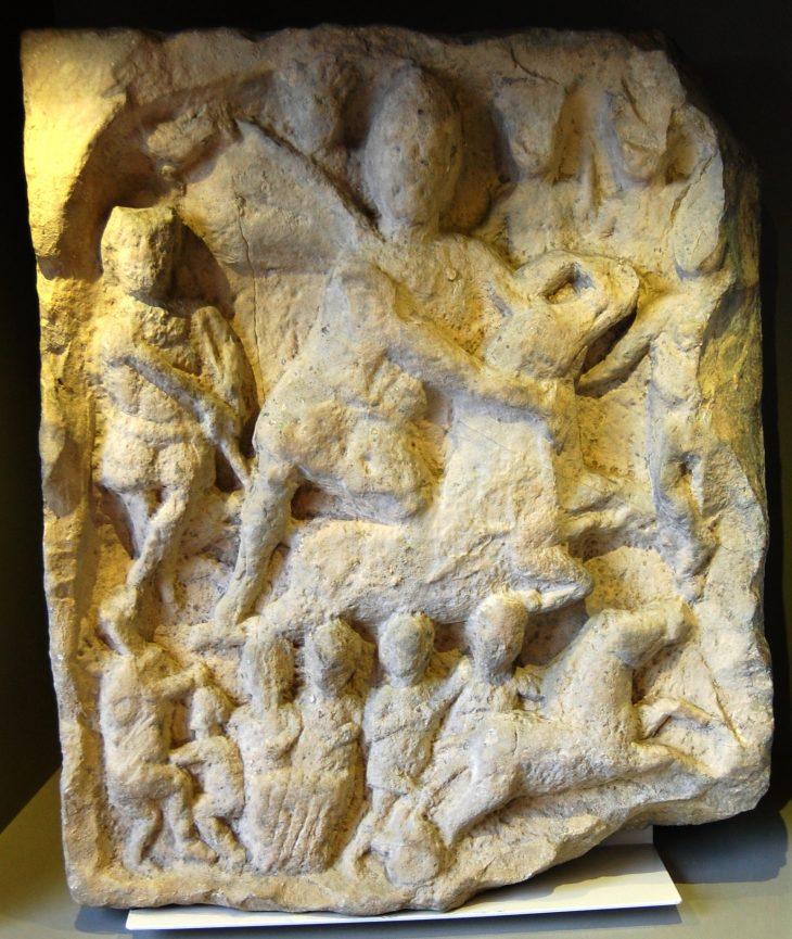 Scène de tauroctonie où Mithra sacrifie un taureau – Yorkshire museum