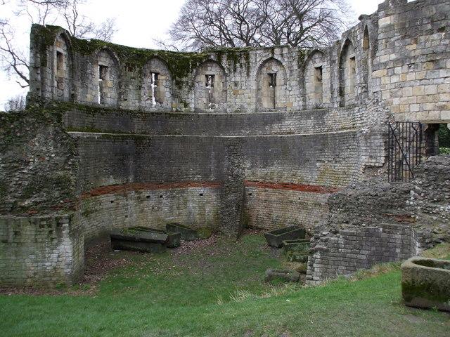 Vestiges de la tour multi-angulaire construite sous Constantin