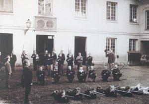 École Pellerin à Beauvais (Oise) vers 1890. Le bataillon scolaire en exercice dans la cour de récréation. Musée national de l'Éducation, Rouen.