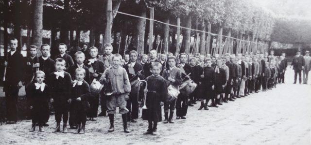 Défilé de Bbataillon scolaire à Breteuil-sur-Noye (Oise), 1899 - Musée national de l'Éducation, INRP Rouen